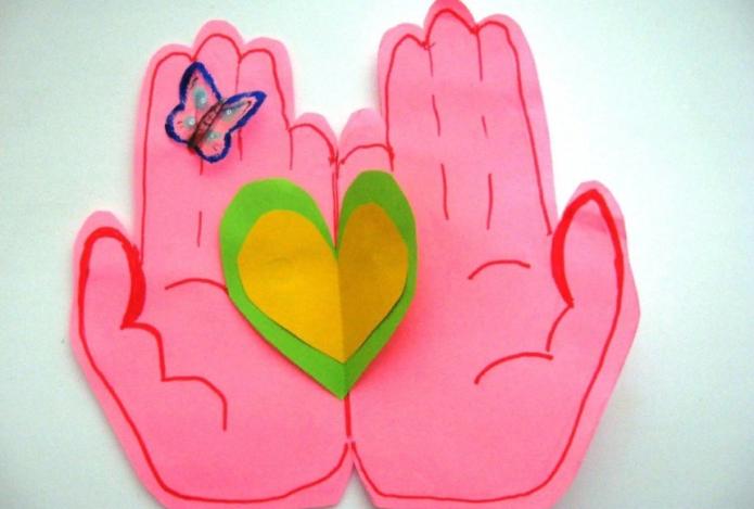 Валентинка в виде сердца в руках