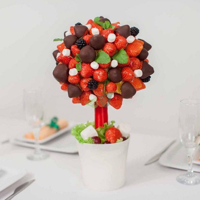 Топиарий из ягод и шоколада