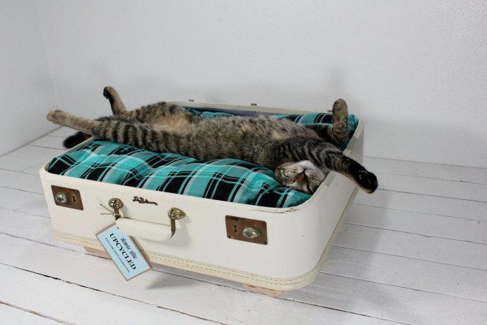 Лежанка для животных из чемодана