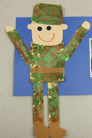 Солдат из цветной бумаги