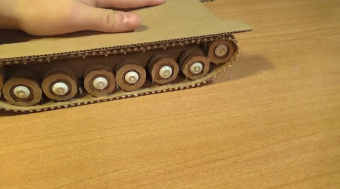 Гусеница картонного танка