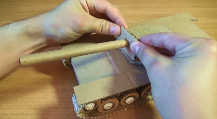 Установка пушки картонного танка