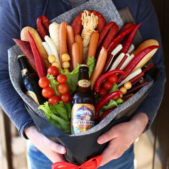 Букет на 23 Февраля из колбасы, батонов, овощей и пива