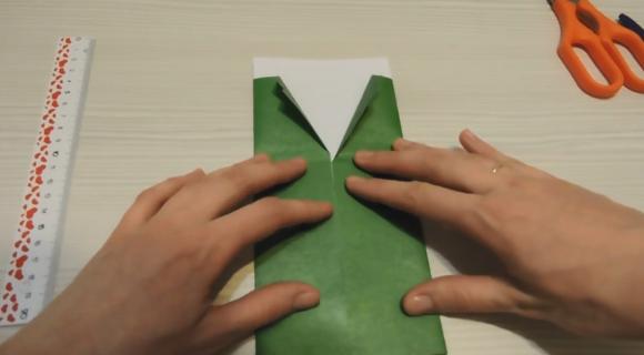 Зелёный и белый листы бумаги