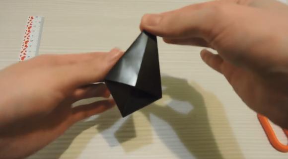 Загнутая чёрная бумага