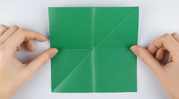 Квадрат зелёной цветной бумаги