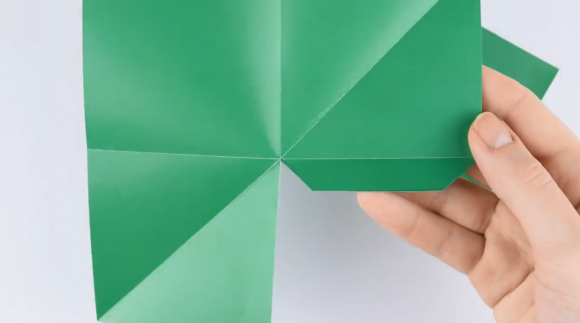 Вырезанная зелёная бумага