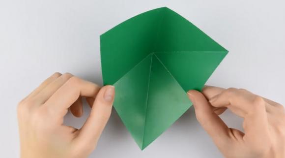 Деталь из зелёной цветной бумаги