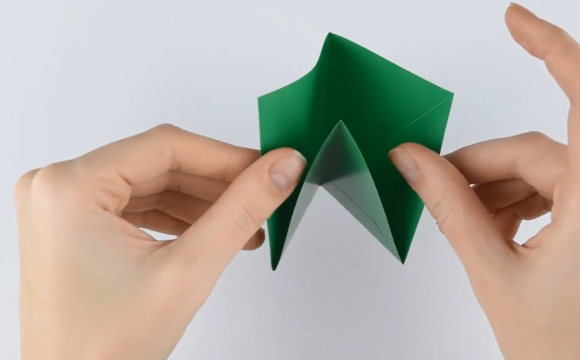 Сложенный зелёный лист бумаги