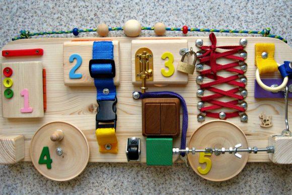 Бизиборд для мальчика в виде машинки