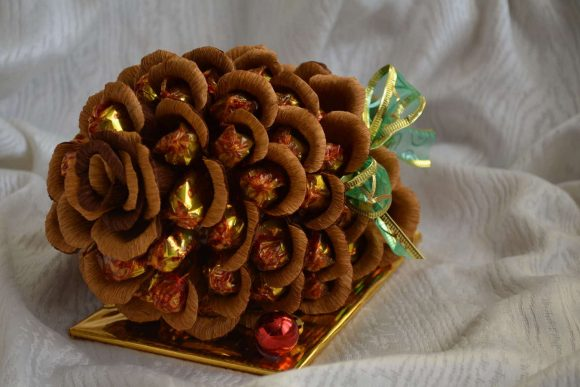 Шишки из конфет на Новый год