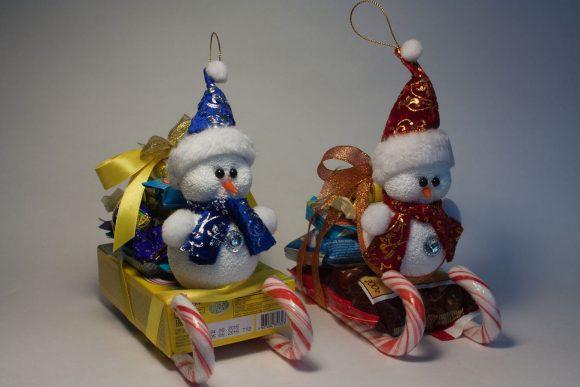 Снеговики из конфет на Новый год