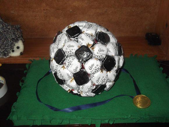 Мяч из конфет