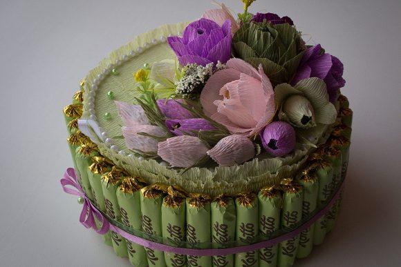 Торт из конфет, украшенный цветами