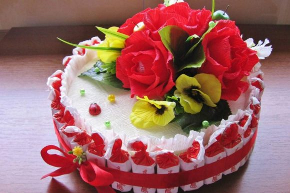 Красно-белый торт из конфет