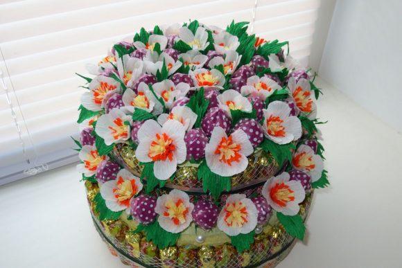 Торт из конфет и цветов к 8 Марта