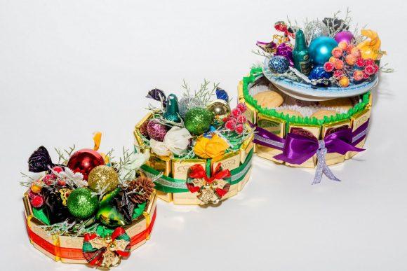 Небольшие торты из конфет на Новый год