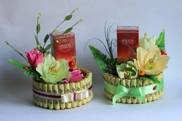 Торт из конфет с чаем и цветами