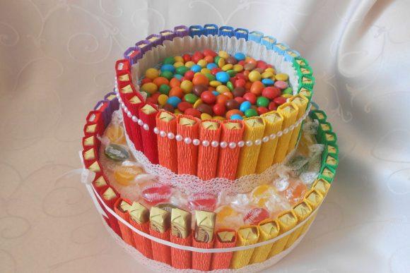 Торт из конфет в гофрированной бумаге