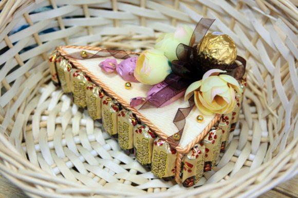 Кусочек торта из конфет