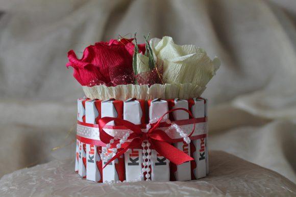 Торт из конфет с гофрированной бумагой и цветами