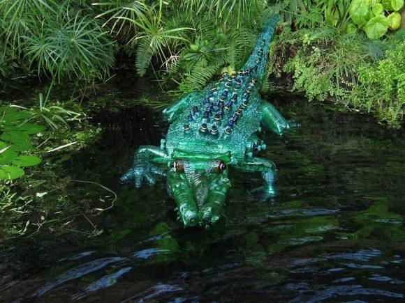 Крокодил из бутылок