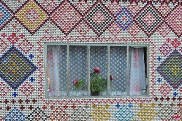 Мозаика из крышек бутылок