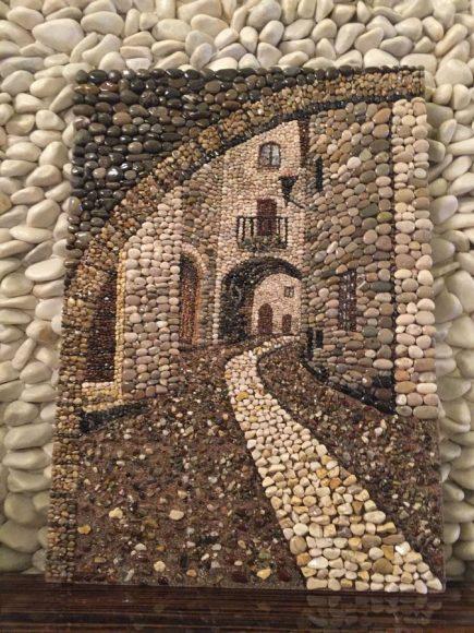 Картина из гальки с изображение улочки