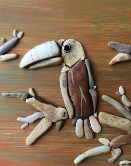 Панно из гальки с изображением птицы