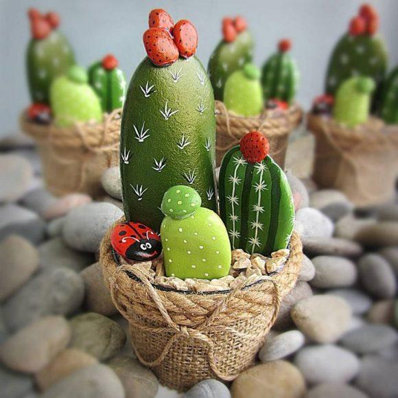 Поделки из гальки в виде горшочком с кактусами