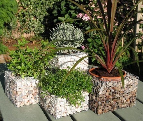 Кашпо для цветов из металлической сетки и камней
