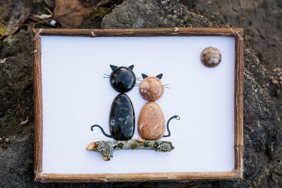 Картина из гальки и дерева с изображением котов