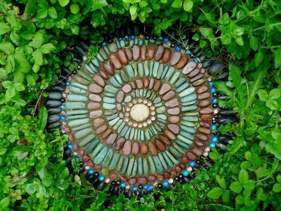 Декоря для сада из гальки в виде спирали