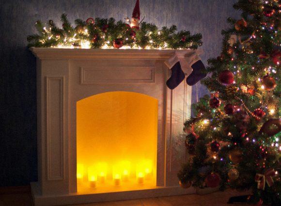 Картонный камин с новогодним декором