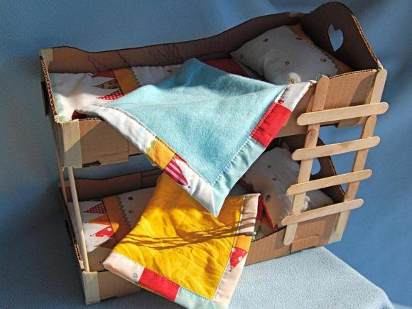 Игрушечная кровать из картона