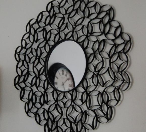 Декор для зеркала из окрашенных втулок