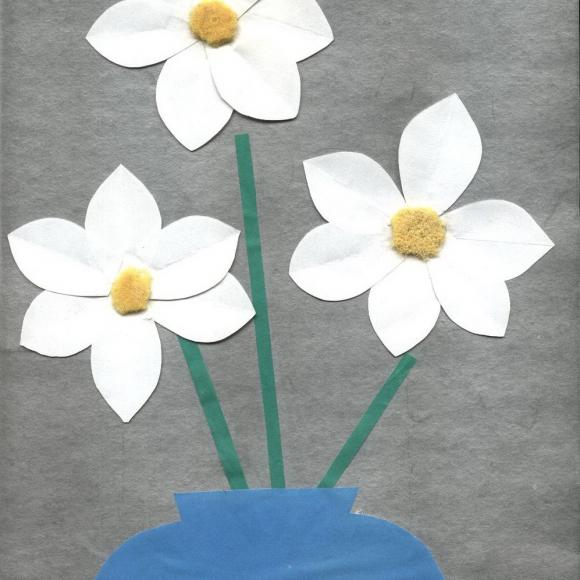 Аппликация из бумаги в форме букета белых цветов