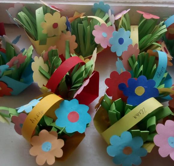 Бумажные цветы в корзинках