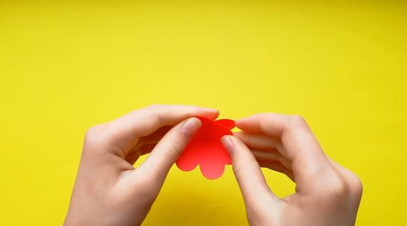 Склеивание цветка из бумаги