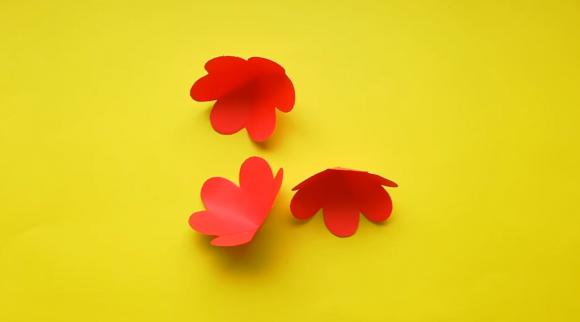 Три цветка из бумаги