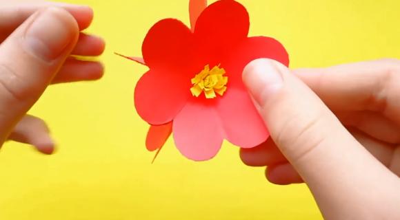 Цветок из красной бумаги