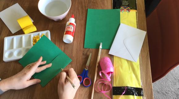 Рисование на зелёной бумаге