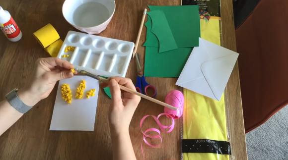 Приклеивание жёлтых шариков к картону