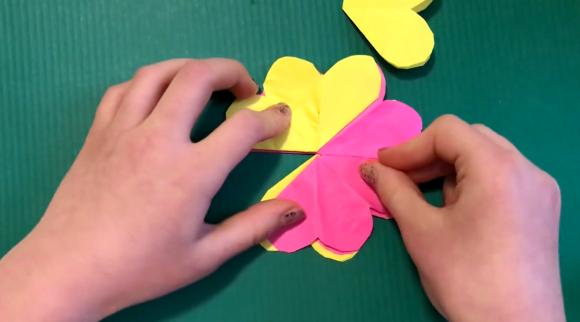 Склеивание разноцветного цветка из бумаги