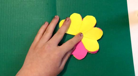 Приклеивание цветка к картону