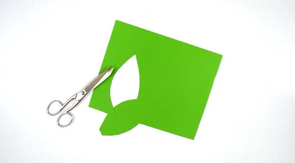 Вырезание листьев из бумаги