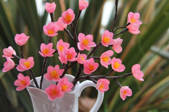 Ветка с цветами из гофрированной бумаги