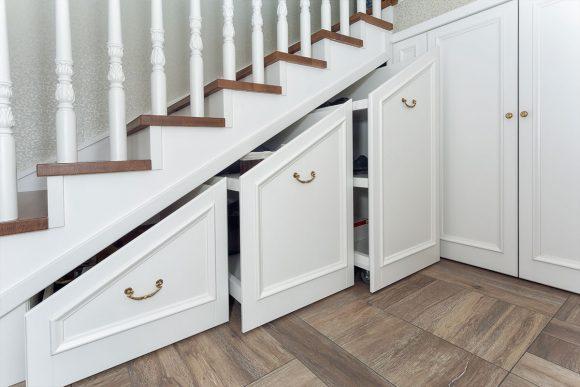 Выдвижные секции для хранения под лестницей