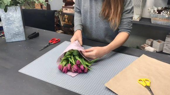 Букет из тюльпанов в бумаге