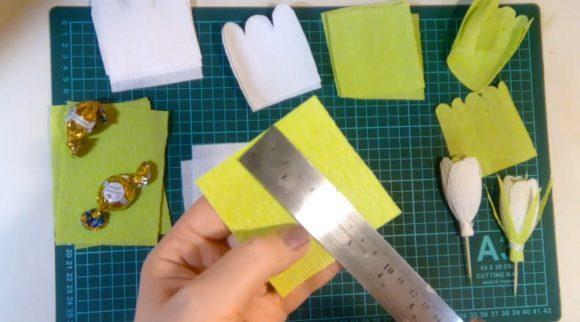 Квадрад из цветной гофрированной бумаги